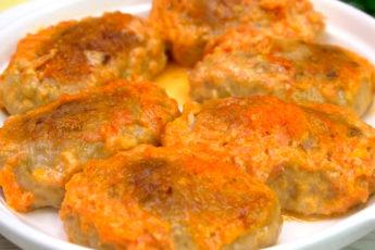 Потрясающе нежные котлетки из мяса и баклажанов в чесночно-сметанном соусе