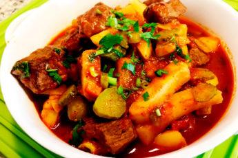 Ароматный ужин: азу по-татарски с солеными огурцами из свинины