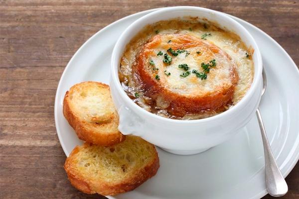Мировая классика: французский луковый суп с гренками