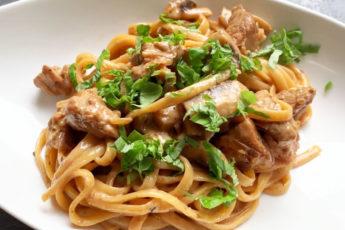 Сытный ужин за 20 минут: паста с мясом и грибами под сливочным соусом