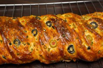 Альтернатива хлебу — булочка-плетенка с начинкой