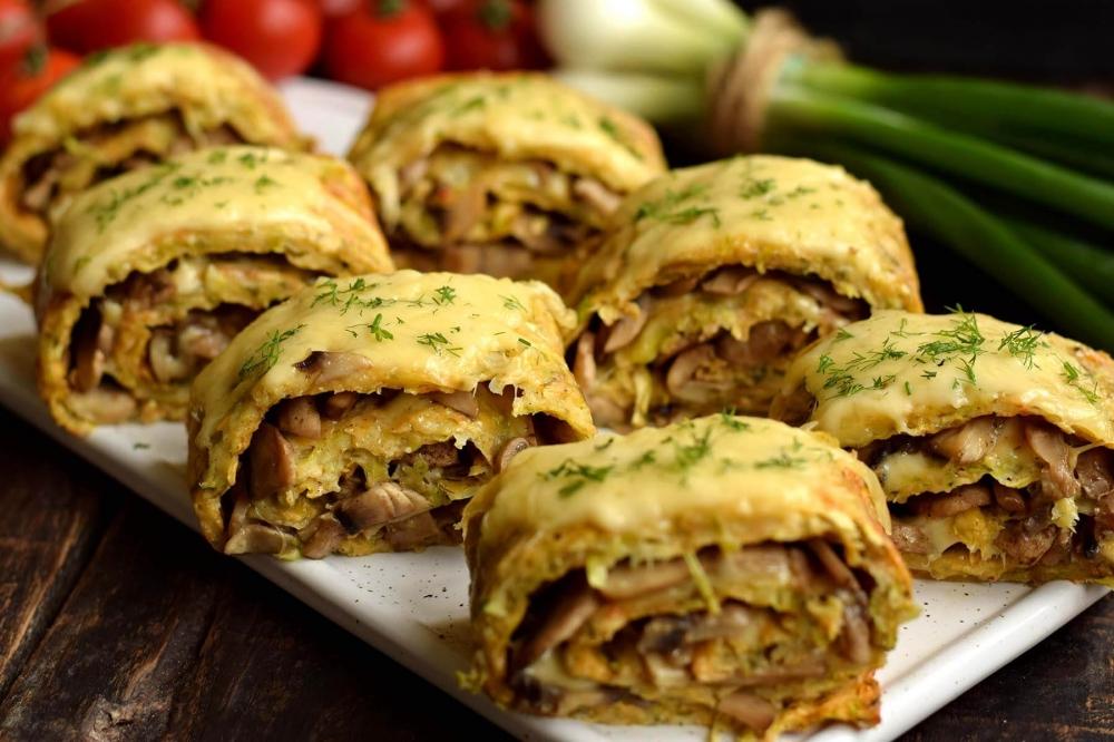 Кабачковый рулет с грибами и сыром: не калорийно и очень аппетитно!