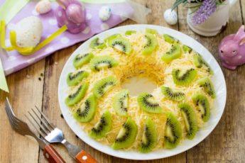 Нежный слоеный салат с курицей, орехами и сыром «Зеленый браслет»