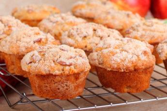 Самые вкусные яблочные кексы с корицей и орехами