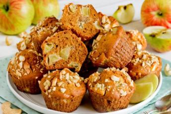 Медовые кексы с яблоками и орехами