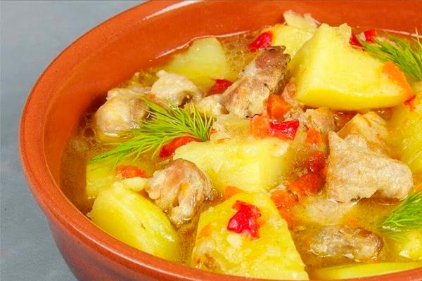 Сытный и аппетитный тушеный картофель с мясом: вкусно, как у бабушки