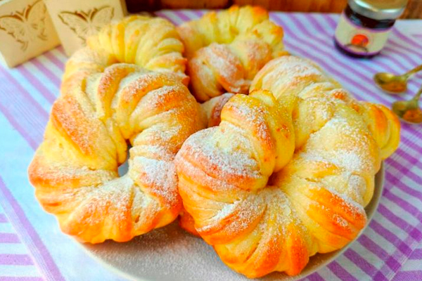 Пышные булочки на кефире — воздушные и нежные